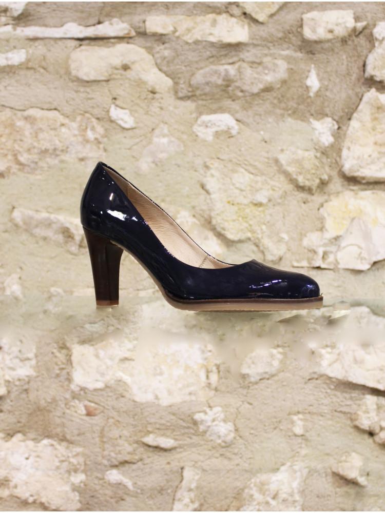 a62677c727 Escarpin en cuir verni marine , l'incontournable chaussure à ...