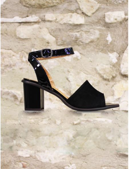 Sandales à talon noir.
