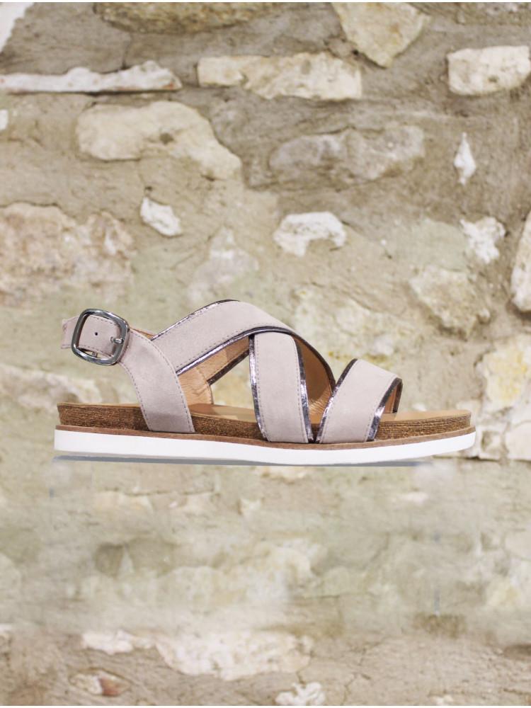 Sandale en croûte de cuir marron au liseré cuivré