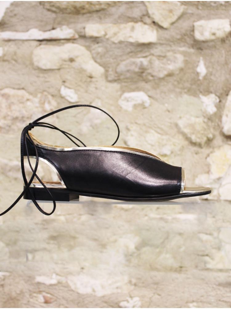 Sandale cuir lisse noire gansée d'un liseré doré