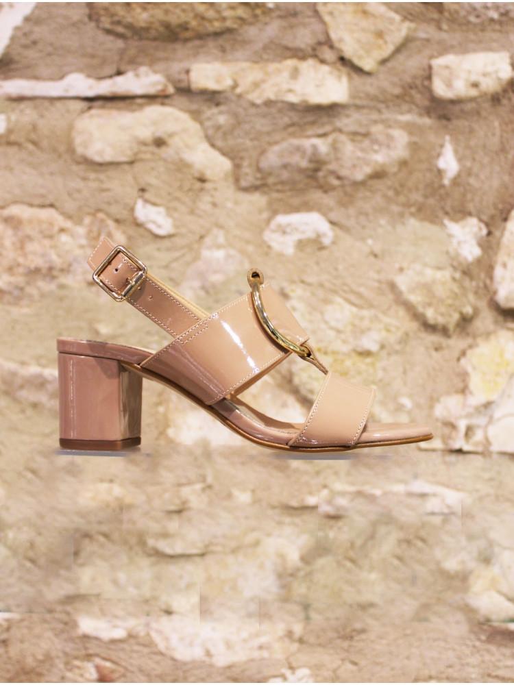 Sandale maxi boucle en cuir verni nude