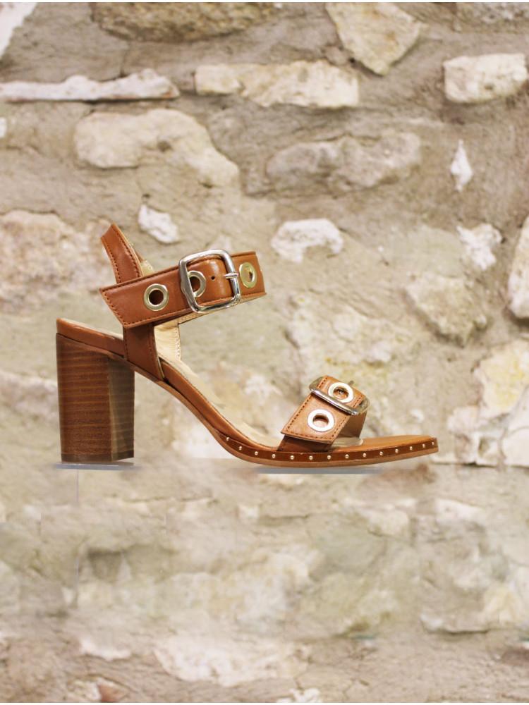 Nu-pieds en cuir lisse camel à œillets et boucles dorés