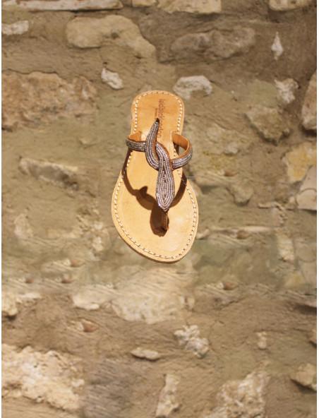 Sandales entre-doigts et perles argentées