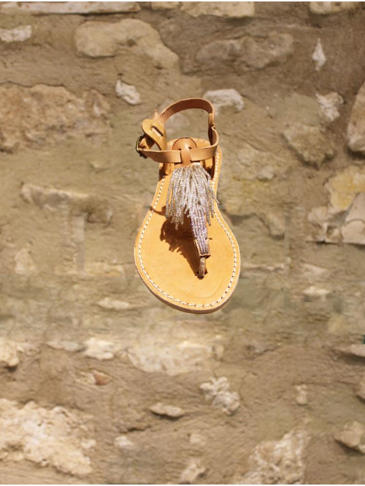Sandales cuir naturel à frange perlée.