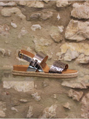 Sandale plate à dentelles.