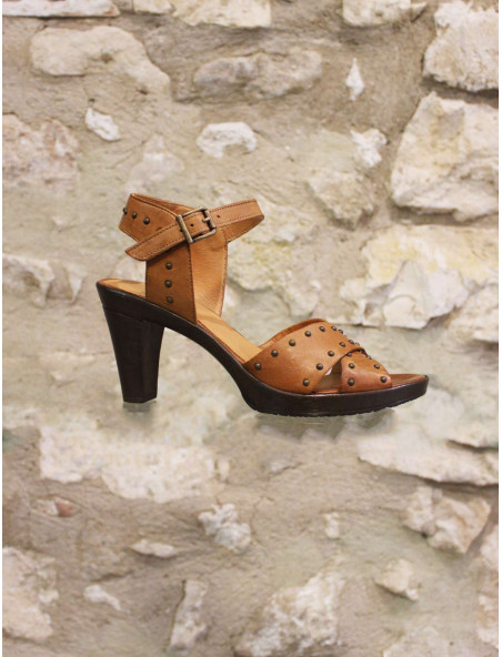 Sandale à talon clouté