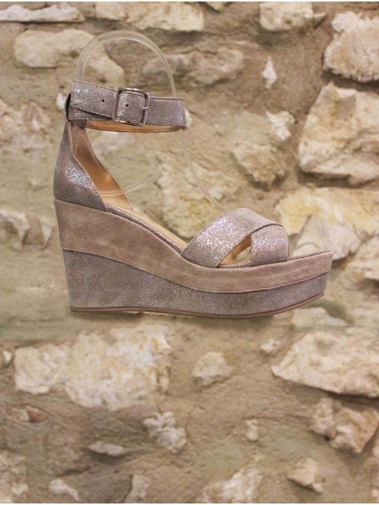 Sandale compensée en cuir irisé
