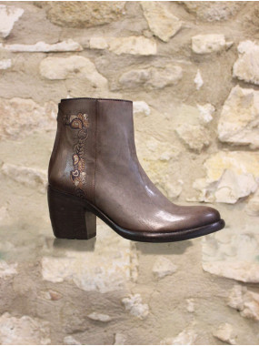 Boots en cuir brodée